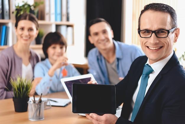 L'homme tient une tablette noire dans ses mains. Photo Premium