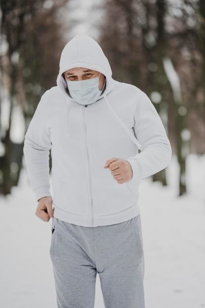 Homme De Tir Moyen Avec Masque En Cours D'exécution Photo Premium