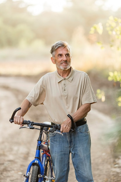 Homme De Tir Moyen Avec Vélo Photo Premium