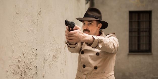 Homme tirant avec une arme à feu dans une rangée de dérapage Photo Premium