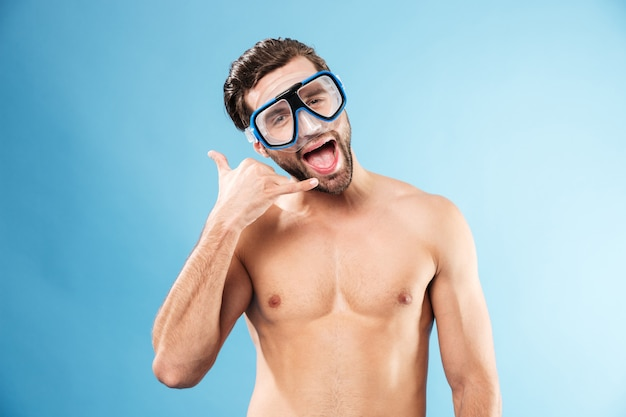 Homme Torse Nu Drole En Masque De Natation Montrant Le Geste Du Tube De Telephone Photo Gratuite
