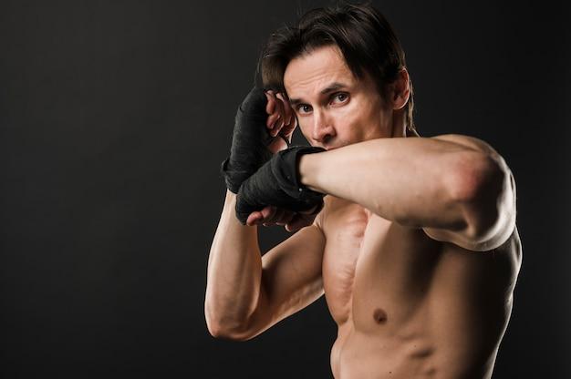 Homme Torse Nu Musclé Avec Des Gants De Boxe Photo gratuit