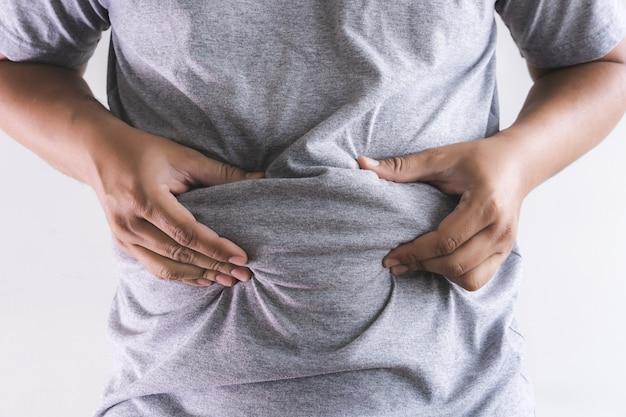 Homme touchant son gros ventre potelé Photo Premium