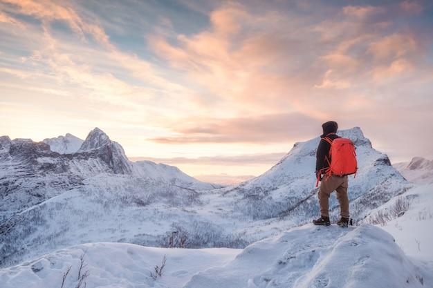 Homme De Tourisme Monte Sur La Montagne Enneigée Photo Premium