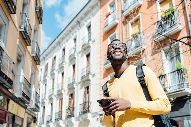 Homme Touristique Avec Smartphone Dans La Ville De Madrid Photo Premium