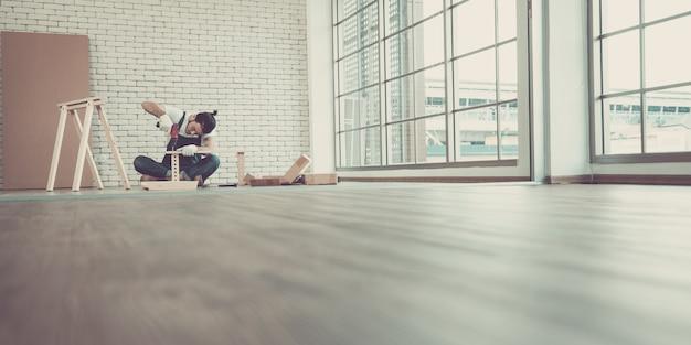Homme à tout faire est en train de monter la table. Photo Premium