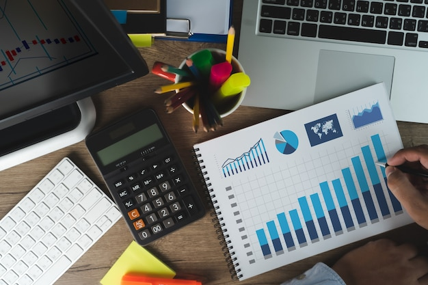 Homme Travail Performance Marketing Intelligence Et Analyse Commerciale Analyse Croissance Progrès Photo Premium