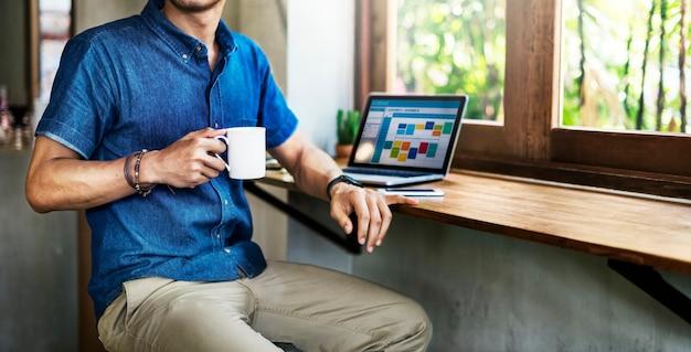 Homme travaillant au café connectant un concept d'ordinateur portable Photo Premium