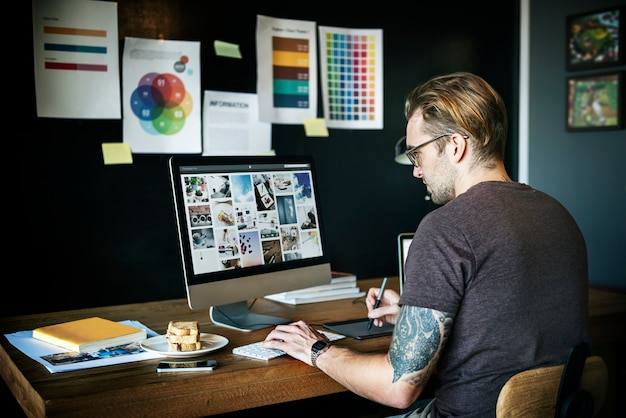 Homme travaillant conception concepteur graphique Photo Premium