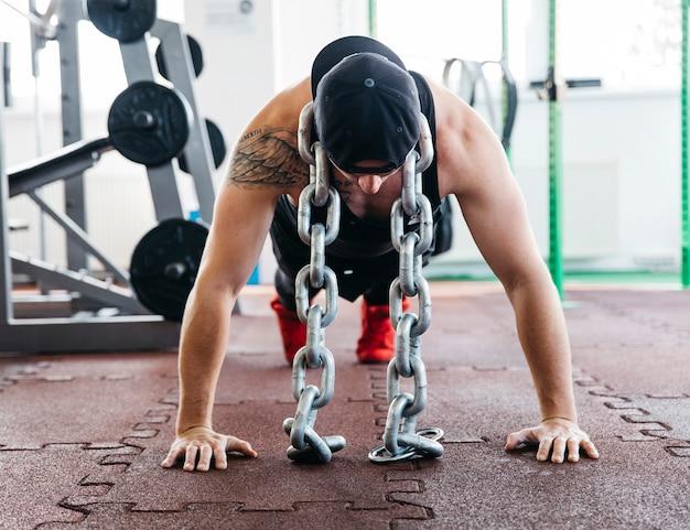 Homme travaillant dans la salle de gym Photo gratuit