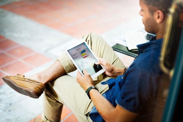 Un Homme Travaillant Sur Une Tablette Photo Premium