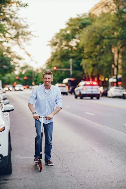 Homme avec trottinette Photo gratuit