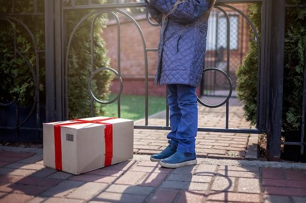 Un Homme En Uniforme De Service, Masque Médical Et Gants Livrant Une Boîte à La Porte De La Maison Photo Premium