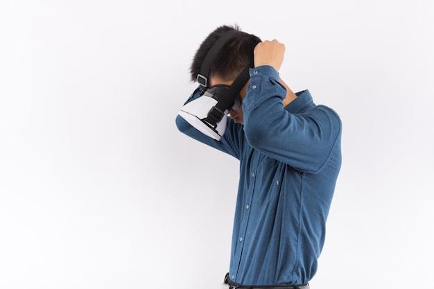 Homme utilisant le casque de réalité virtuelle Photo Premium