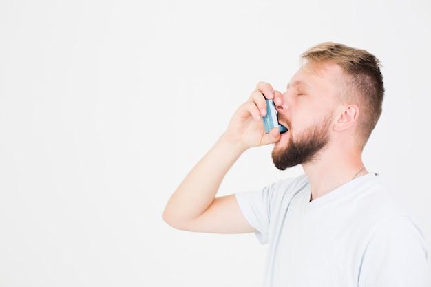 Homme utilisant l'inhalateur Photo gratuit