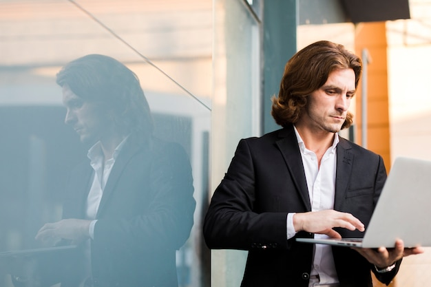 Homme Utilisant Un Ordinateur Portable En Plein Air Avec Espace De Copie Photo gratuit