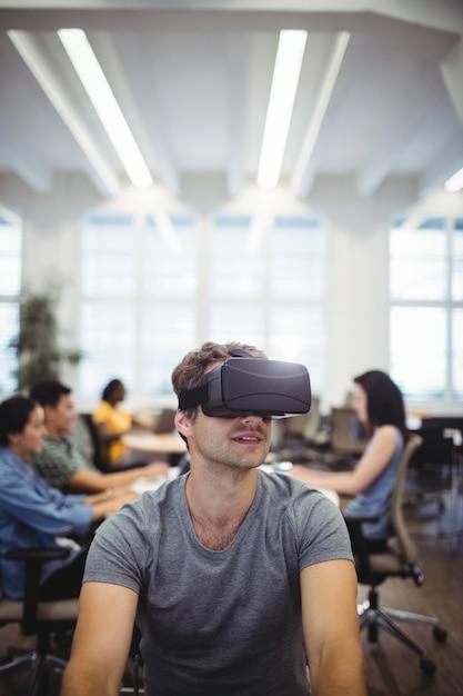 Homme utilisant la réalité virtuelle casque Photo gratuit