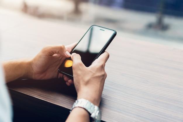 Homme utilisant un smartphone, pendant les loisirs. le concept d'utilisation du téléphone est essentiel. Photo Premium