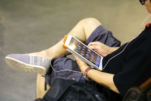 Homme utilisant une tablette Photo Premium