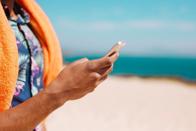 Homme Utilisant Un Téléphone Portable Photo gratuit
