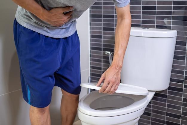 Un Homme Utilise Sa Main Pour Saisir Son Ventre Avec Des Douleurs Abdominales. Photo Premium
