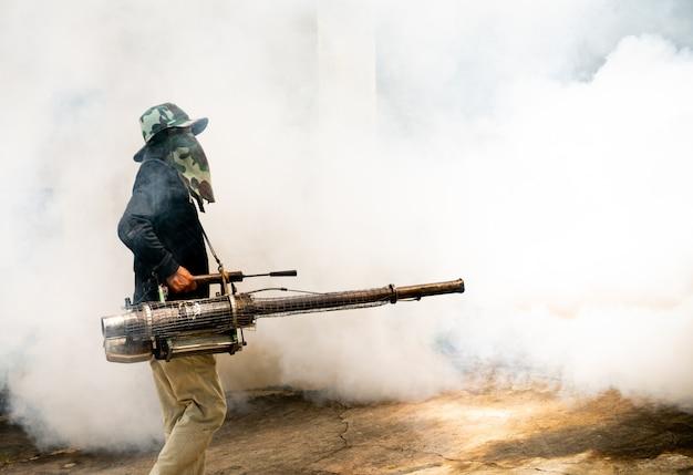 Homme utiliser fumigation moustiques machine Photo Premium