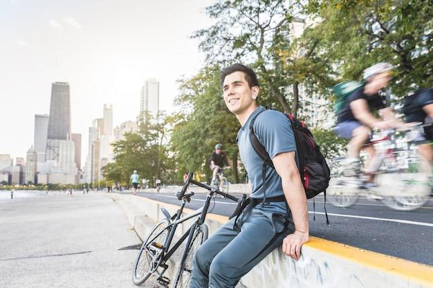 Homme à vélo relaxant la prochaine piste cyclable à chicago Photo Premium