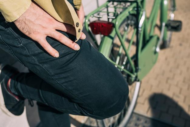 Homme avec un vélo urbain Photo gratuit