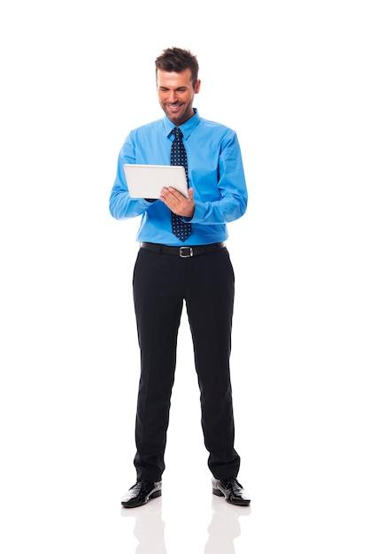 Homme Vérifiant Quelque Chose Sur Sa Tablette Photo gratuit