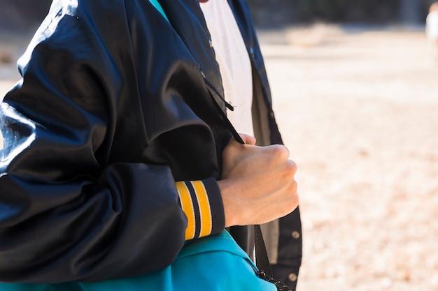Homme en veste décontractée, debout à l'extérieur Photo gratuit
