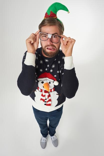 Homme En Vêtements De Noël Et Lunettes Cassées Photo gratuit