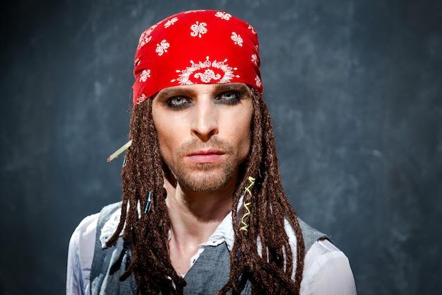 Un Homme Vêtu D'un Costume De Pirate Photo Premium