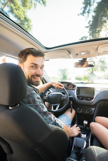Homme en voiture Photo gratuit