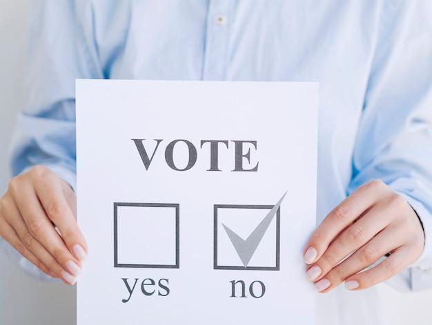 Homme votant non lors d'un référendum Photo gratuit