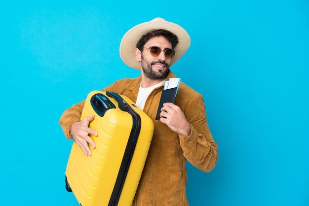 Homme Voyageur Avec Barbe Sur Mur Isolé Photo Premium