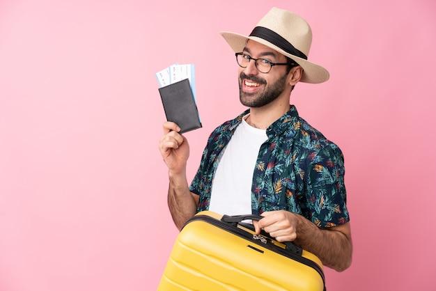 Homme Voyageur Sur Mur Rose Isolé Photo Premium