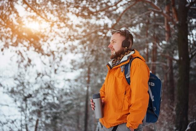 Homme Voyageur Avec Sac à Dos Randonnée Voyage Lifestyle Aventure Vacances Actives En Plein Air. Beau Paysage Forestier Photo Premium