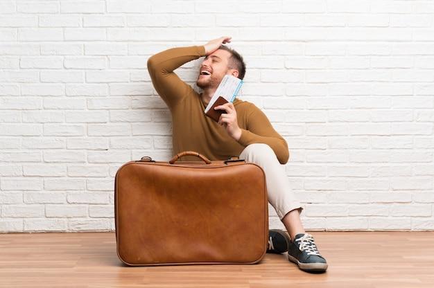 L'homme voyageur avec valise et carte d'embarquement a réalisé quelque chose et a l'intention de la solution Photo Premium