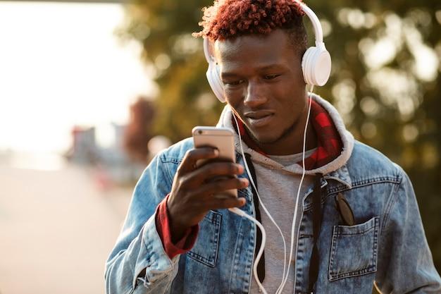 Homme vue de face choisissant la chanson à écouter Photo gratuit