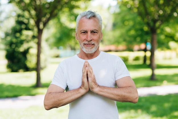 Homme Vue De Face Avec Les Mains En Position De Méditation Photo gratuit
