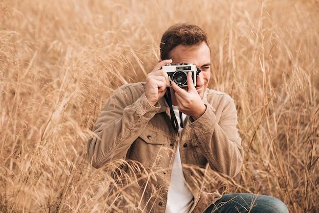 Homme vue de face prenant des photos Photo gratuit