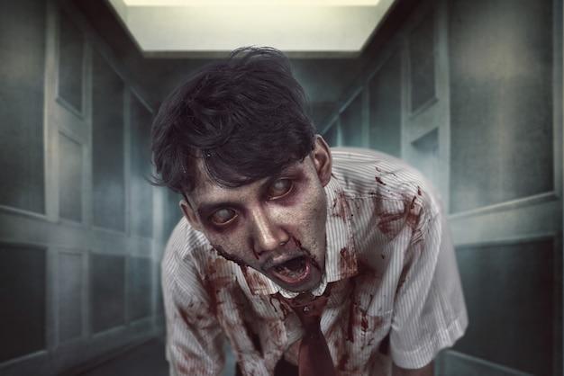 Homme zombie fantasmagorique au visage ensanglanté à la noirceur Photo Premium