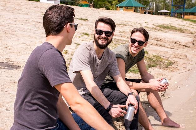 Hommes adultes ayant du bon temps sur la plage Photo gratuit