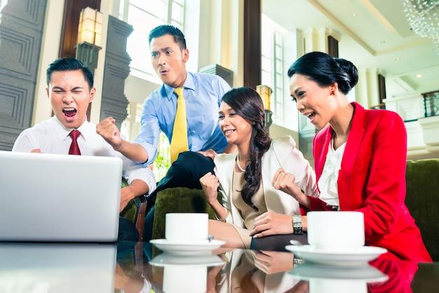 Hommes d'affaires asiatiques ayant réunion Photo Premium