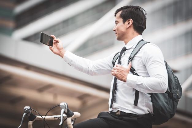 Hommes d'affaires à bicyclette Photo Premium