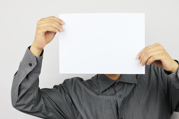 Les hommes d'affaires détiennent du papier blanc vierge et disposent d'un espace de copie. Photo Premium