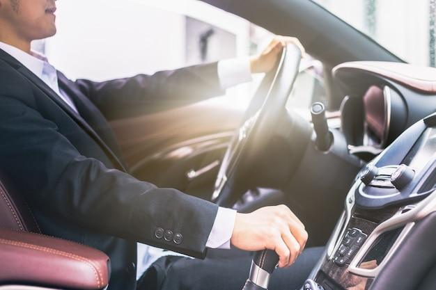 Les hommes d'affaires dirigent les photos latérales des voitures Photo gratuit
