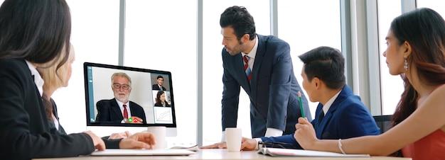 Les Hommes D'affaires Du Groupe D'appel Vidéo Se Réunissent Sur Un Lieu De Travail Virtuel Ou Un Bureau Distant Photo Premium