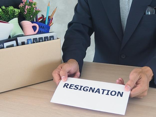 Les hommes d'affaires envoient des lettres de démission. Photo Premium