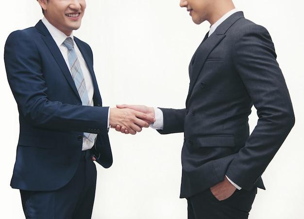 Hommes D'affaires Faisant L'étiquette De Poignée De Main Sur Blanc Photo Premium